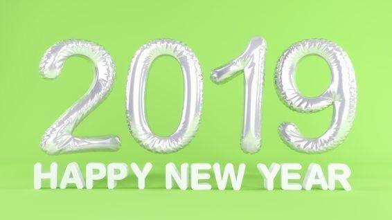 Silvester - Neujahr - Folienluftballons in grün und der Botschaft Happy New Year in weiß auf grünen Hintergrund - repräsentiert das neue Jahr 2019