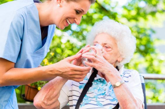 Którzy Seniorzy muszą szczególnie uważać podczas upałów?