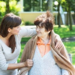 Seniorenbetreuung Junge Frau hilft Seniorin beim spaziergang