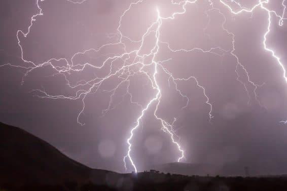 Burza i pioruny – jak się przed nimi chronić?